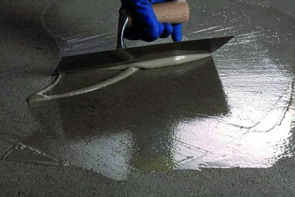 Aanreno Foto step 1 primer laag op cementdekvloer